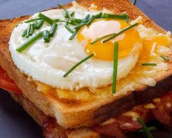 Пять вариантов горячих бутербродов на завтрак